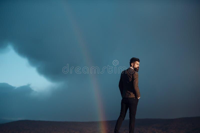 Un type au visage strict en harmonie avec le paysage et la solitude photos libres de droits