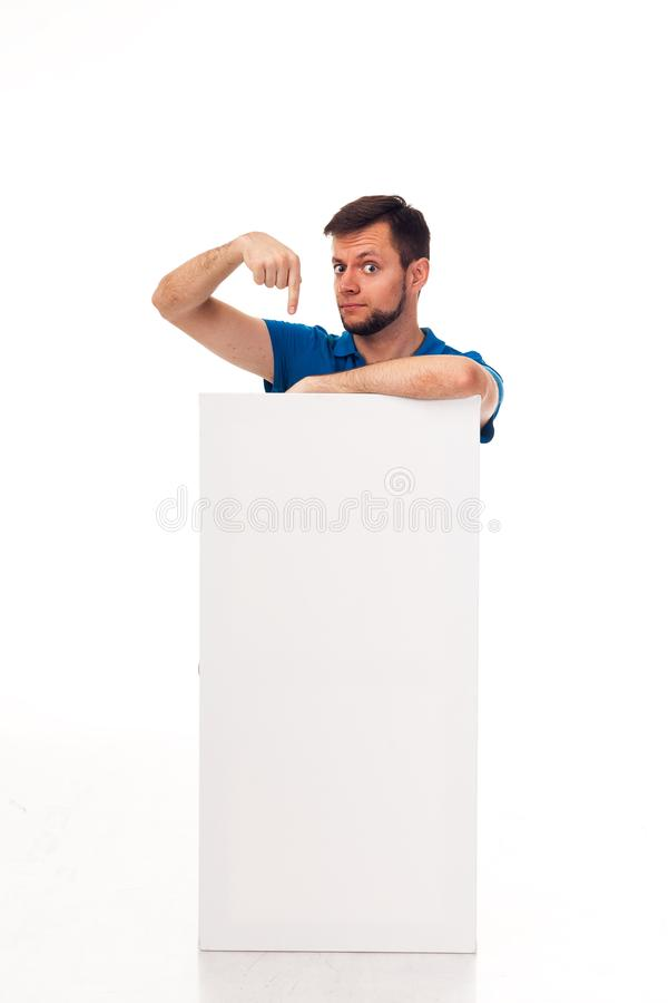 Un type avec une barbe posant avec un signe blanc Peut être employé pour placer la publicité, le logo, et autre Habillé dans un T images stock