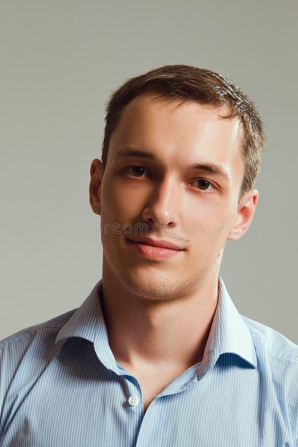 Un type dans une chemise sur un fond blanc images stock