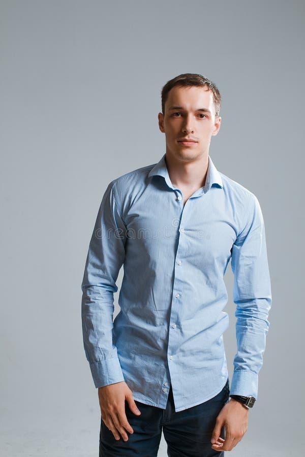 Un type dans une chemise sur un fond blanc photos libres de droits
