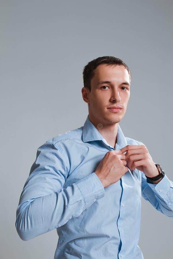 Un type dans une chemise sur un fond blanc image stock