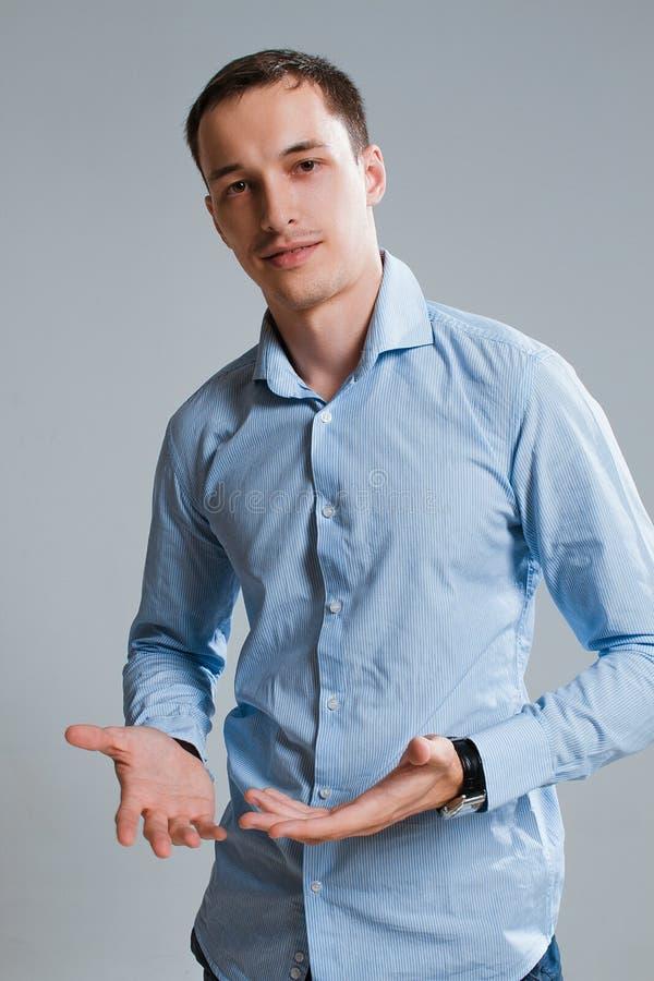 Un type dans une chemise sur un fond blanc photo libre de droits