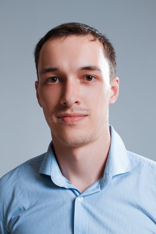 Un type dans une chemise sur un fond blanc photographie stock libre de droits