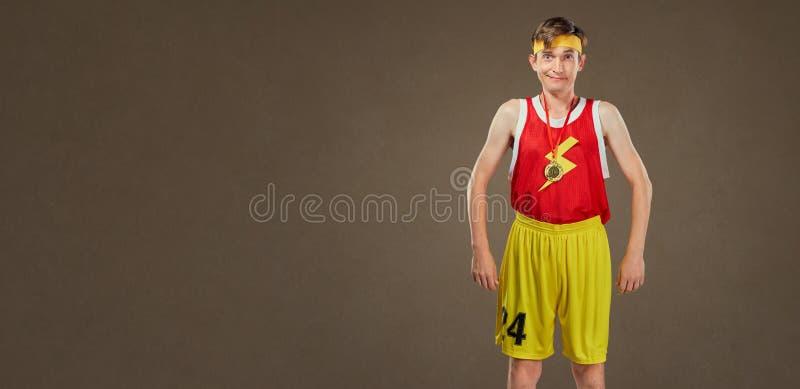 Un type drôle mince dans les sports vêtx avec une médaille de champion photos stock