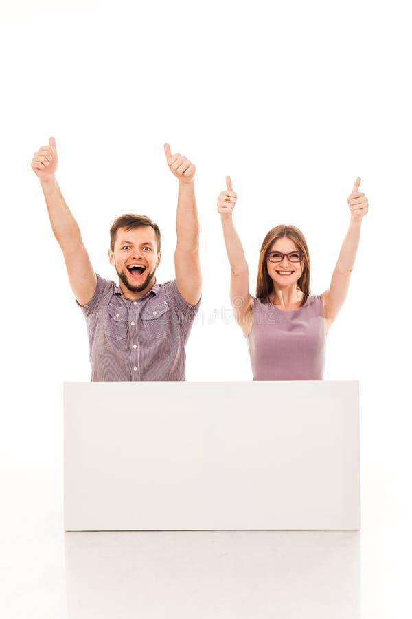 Un type et une fille posent avec un signe blanc, carton, un connexion leurs mains photographie stock libre de droits