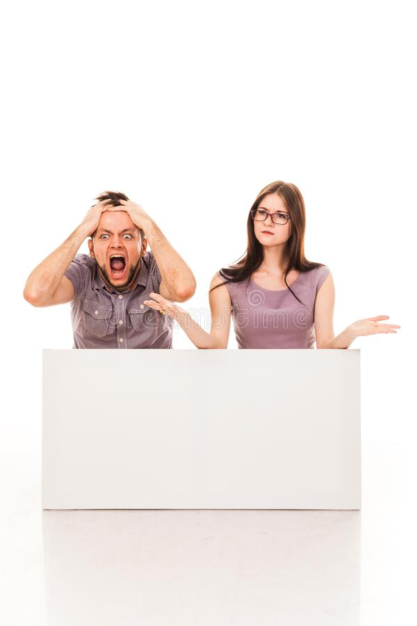 Un type et une fille posent avec un signe blanc, carton, un connexion leurs mains photos stock