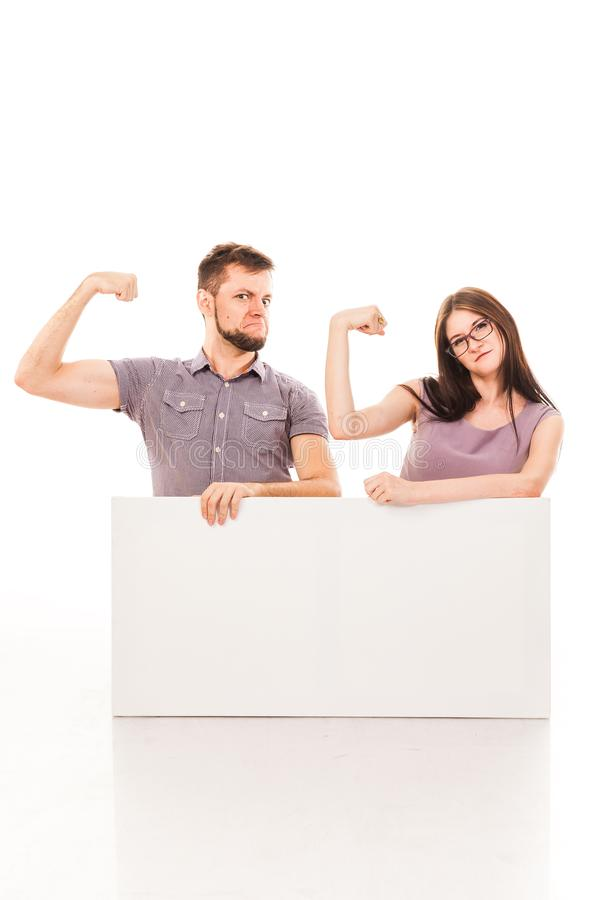 Un type et une fille posent avec un signe blanc, carton, un connexion leurs mains image libre de droits