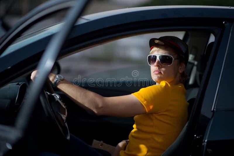Un type riche dans une voiture, type frais photographie stock libre de droits