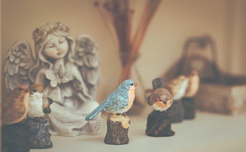 Un uccello dello stucco sulla tavola nella caffetteria fotografia stock