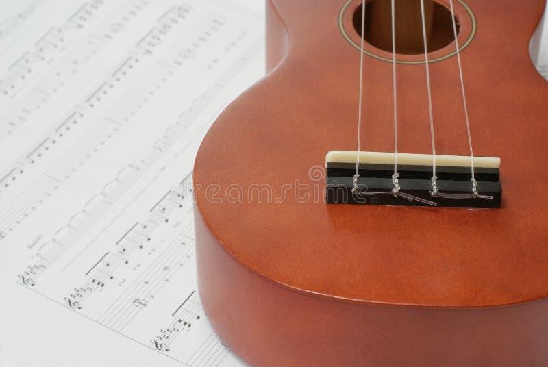 Ukelele et musique de feuille image stock