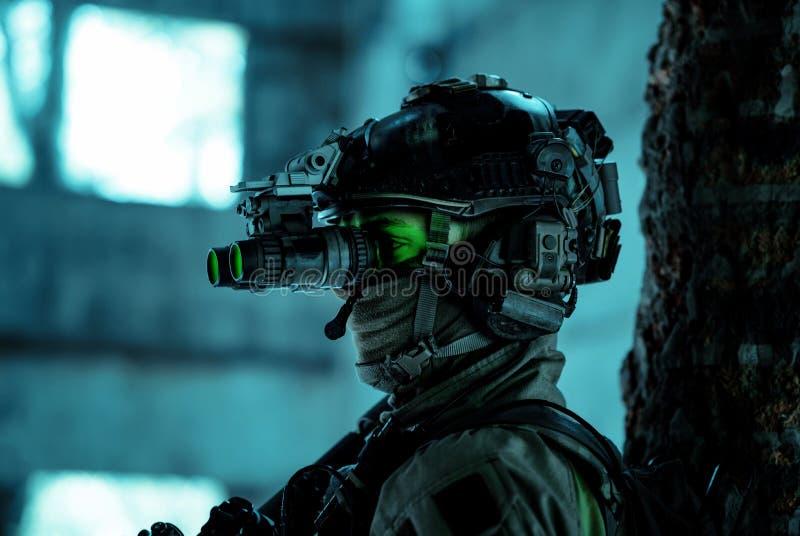 Un uniforme d'homme de fermeture avec mitrailleuse et allumé le dispositif de vision nocturne Soldat souple avec feu vert au visa photo stock