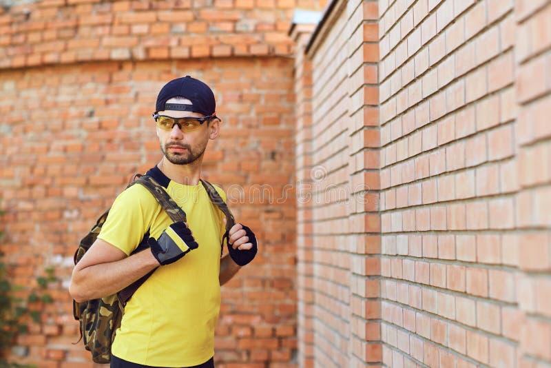 Un uomo in abiti sportivi con uno zaino fotografie stock libere da diritti