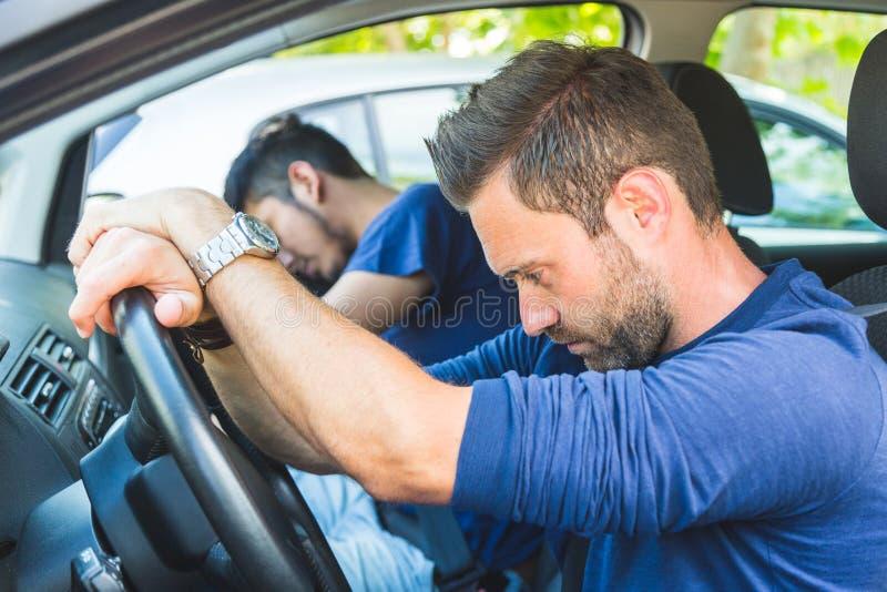 Un uomo annoiato nell'automobile ha attaccato nel traffico fotografie stock libere da diritti