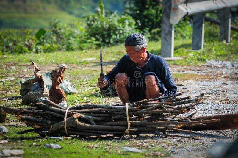 Un uomo anziano che lavora alla strada rurale fotografie stock