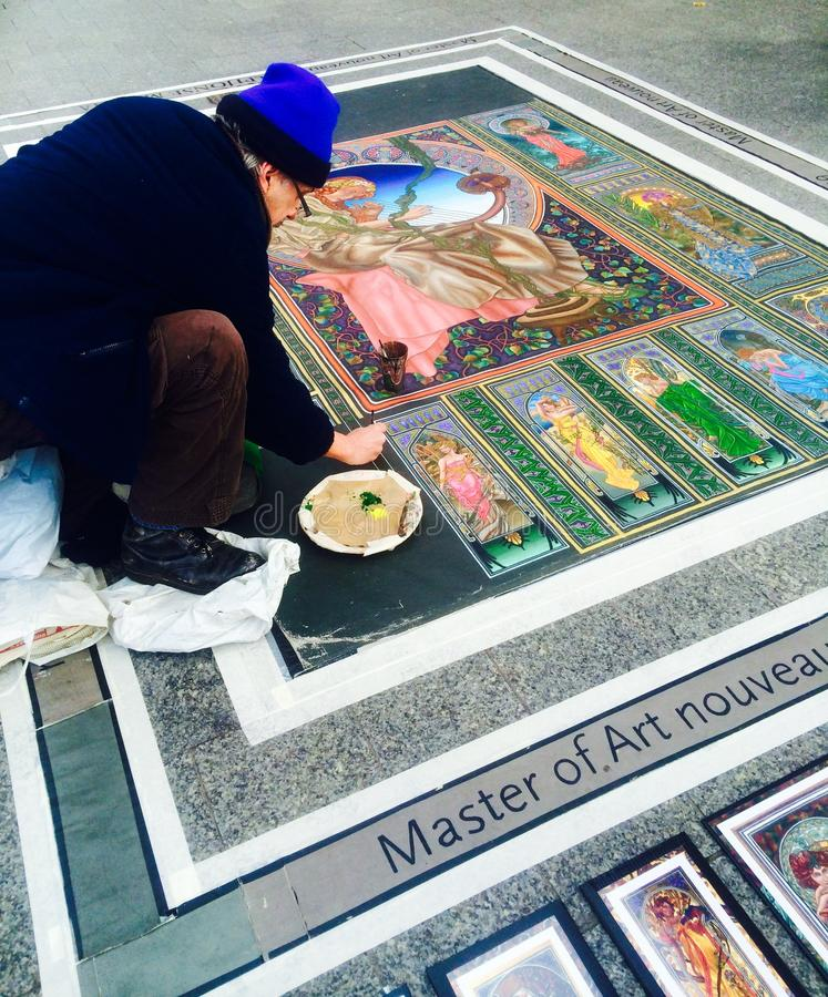Un uomo anziano sta dipingendo sulla terra a Dublino, Irlanda 2015 10 12 fotografie stock libere da diritti