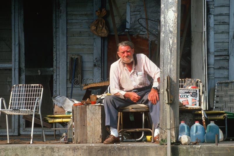 Un uomo anziano sul suo portico di fronte, fotografia stock