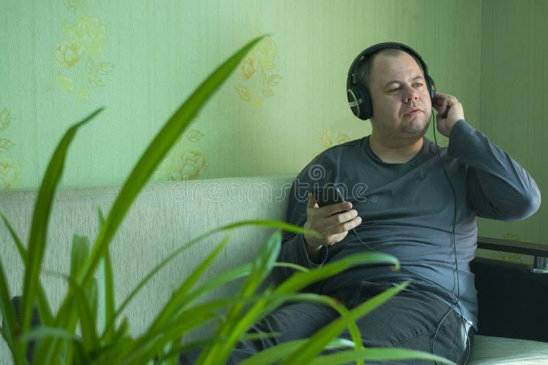 Un uomo ascolta musica sul telefono fotografie stock libere da diritti