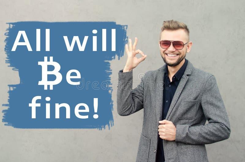 Un uomo attraente sorridente contro lo sfondo della parete su w immagini stock