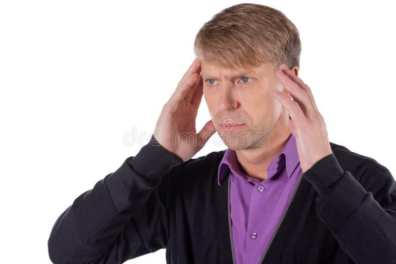 Un uomo bello tiene le sue mani sulla sua testa su fondo bianco Emicrania o emicrania fotografie stock