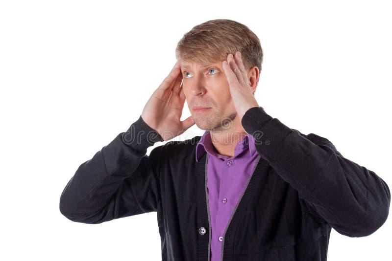 Un uomo bello tiene le sue mani sulla sua testa su fondo bianco Emicrania o emicrania fotografia stock