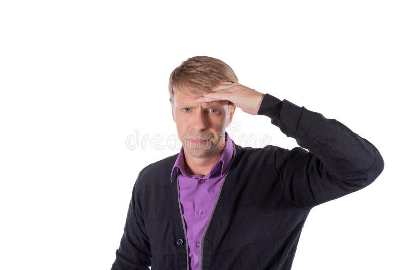 Un uomo bello tiene le sue mani sulla sua testa su fondo bianco Emicrania o emicrania fotografia stock libera da diritti