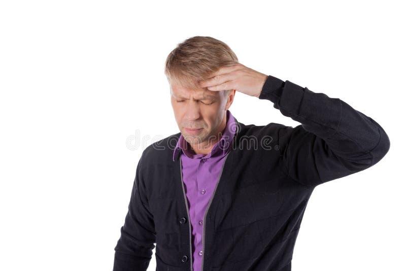 Un uomo bello tiene le sue mani sulla sua testa su fondo bianco Emicrania o emicrania immagini stock libere da diritti