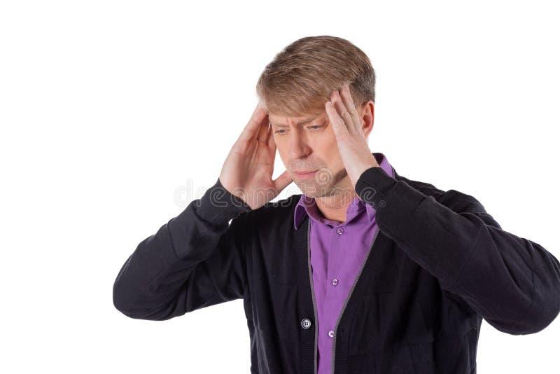 Un uomo bello tiene le sue mani sulla sua testa su fondo bianco Emicrania o emicrania immagine stock
