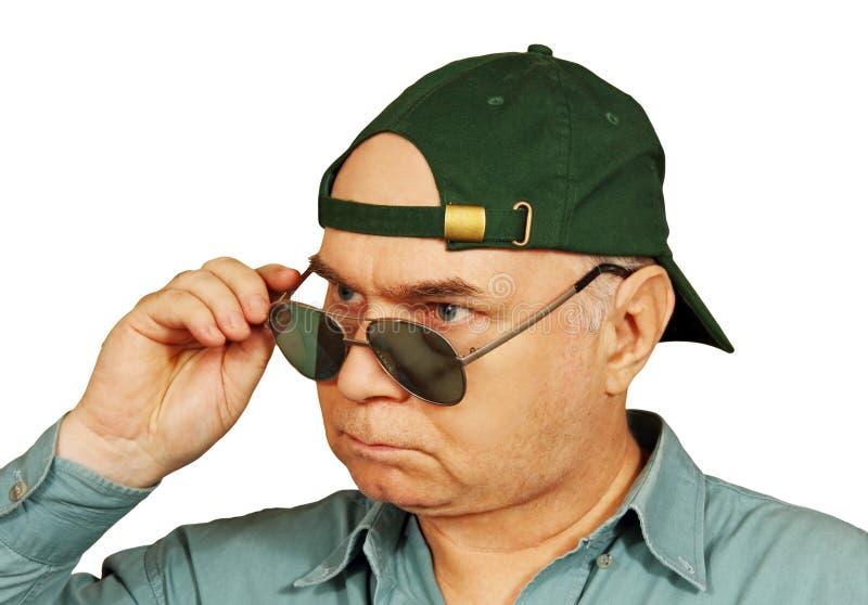 Un uomo in berretto da baseball e vetri scuri. fotografia stock