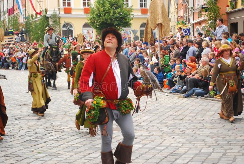 Un uomo cammina con il falco sul braccio durante le nozze di Landshut fotografie stock libere da diritti