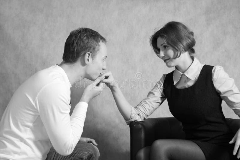 Un uomo che bacia una mano delle ragazze fotografia stock