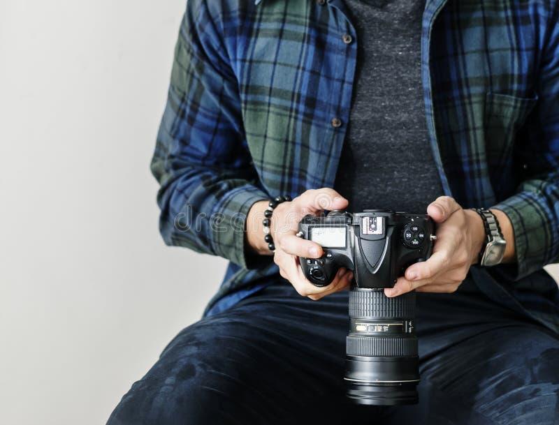 Un uomo che controlla l'annotazione della macchina fotografica fotografia stock libera da diritti