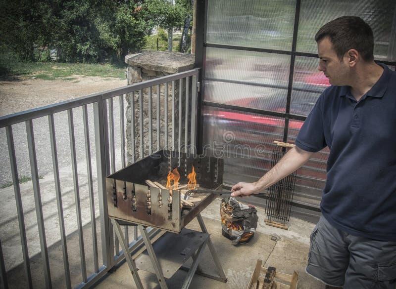 Un uomo che fa barbecue fotografia stock