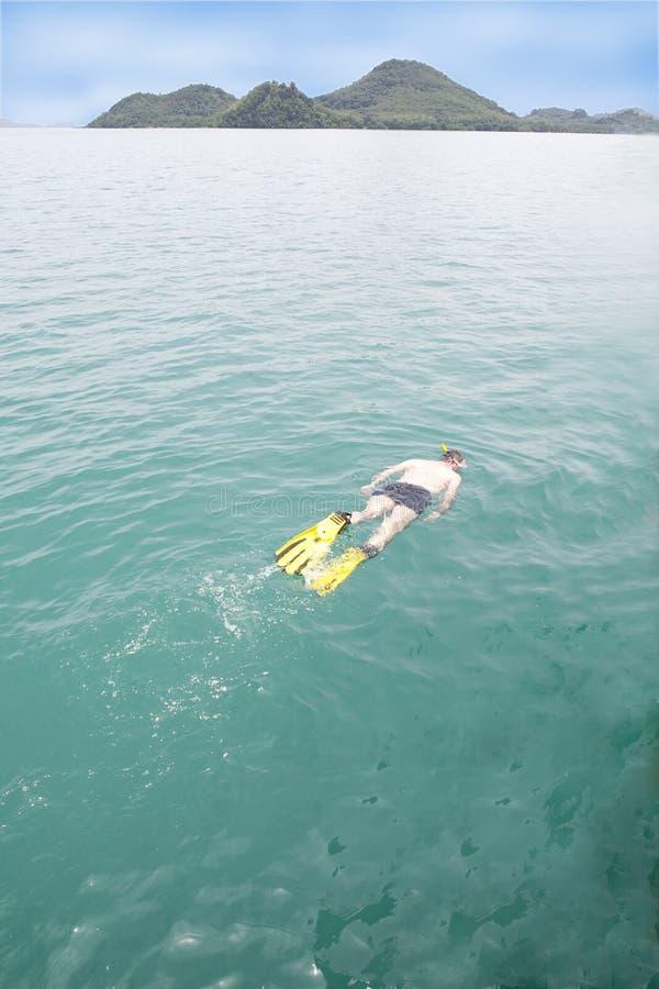 Un uomo che naviga usando una presa d'aria immagini stock libere da diritti