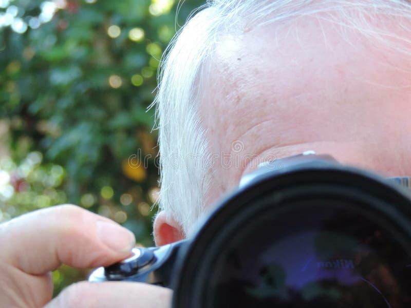 Un uomo che prende un'immagine fotografia stock