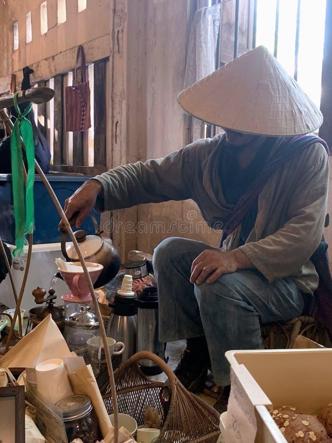 Un uomo che produce caffè in Chiangmai immagini stock