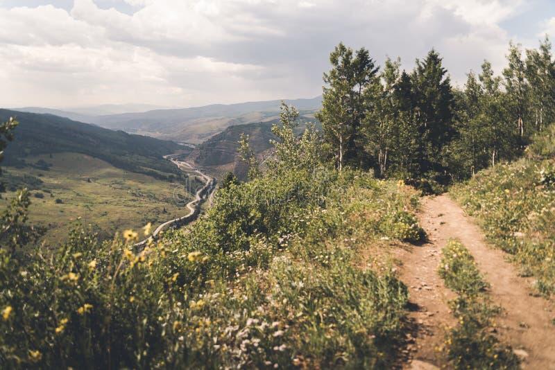 Un uomo che sta al bordo di una scogliera in Colorado immagini stock libere da diritti