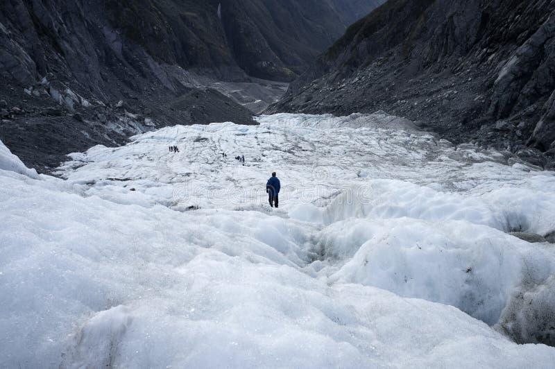 Un uomo che sta da solo in Franz Josef Ice Glacier immagini stock libere da diritti