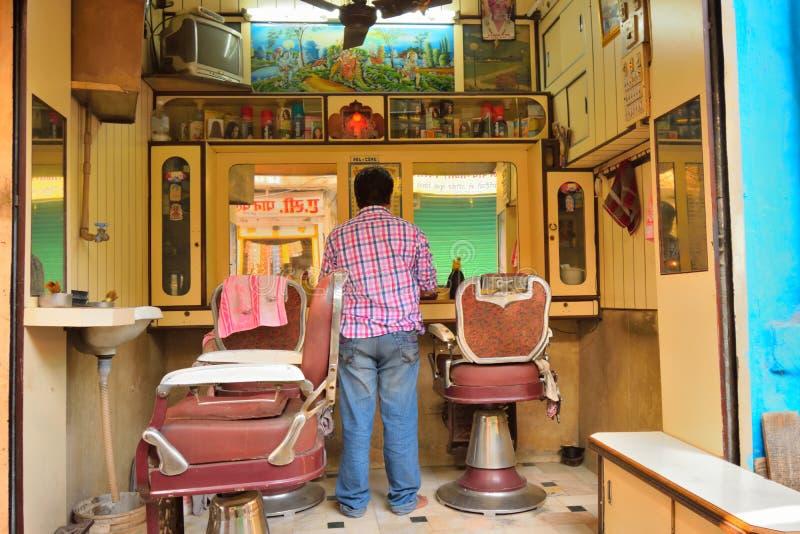 Un uomo che sta in un salone del bordo della strada fotografia stock