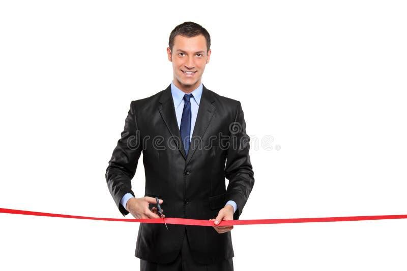 Un uomo che taglia un nastro rosso, cerimonia di apertura fotografie stock