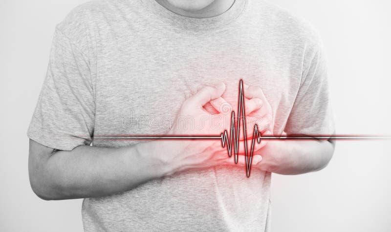 Un uomo che tocca il suo cuore, con il segno di impulso del cuore, il concetto di attacco di cuore ed altri malattia cardiaca fotografia stock
