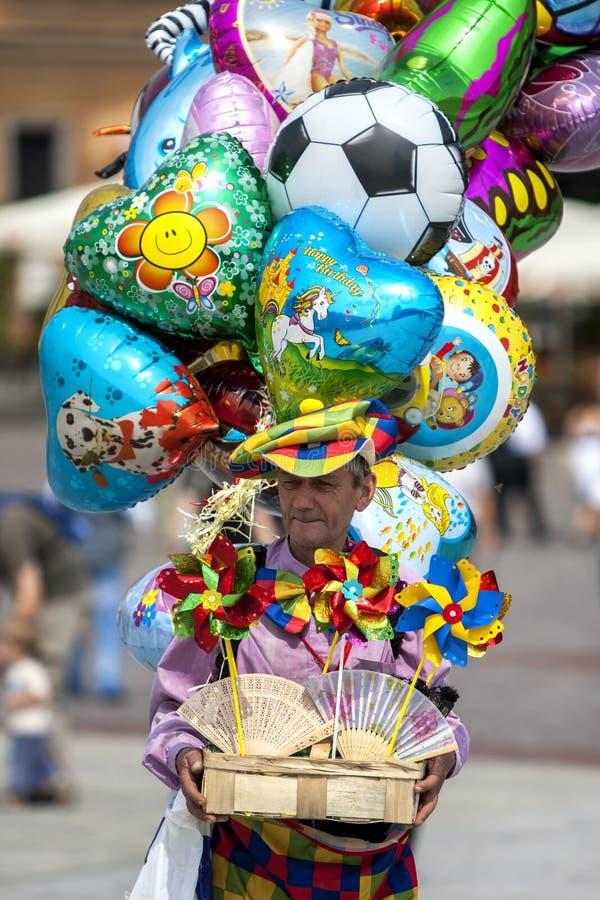 Un uomo che vende i palloni e le giostre in Città Vecchia di Varsavia in Polonia fotografie stock
