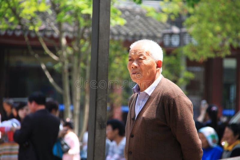 Un uomo cinese anziano nella vecchia città di Suzhou, viaggio nella città di Suzhou, C immagine stock