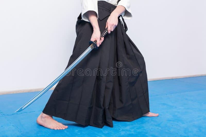 Un uomo con il katana su pratica di Iaido fotografie stock
