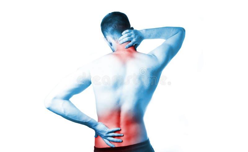 Un uomo con un torso nudo tiene sopra il suo indietro, a dolore nella spina dorsale ed al collo, sciatica immagini stock