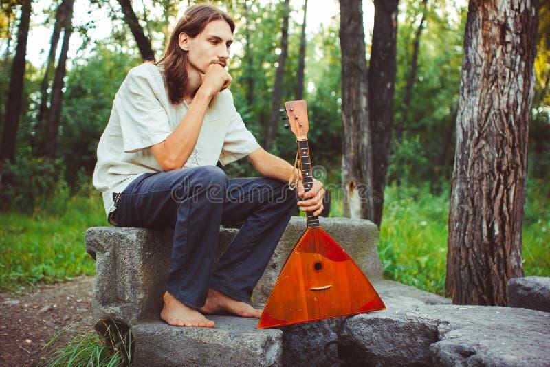 Un uomo con una balalaika fotografia stock libera da diritti