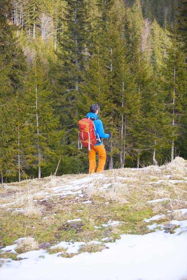Un uomo con uno zaino che fa un'escursione viaggio immagini stock libere da diritti
