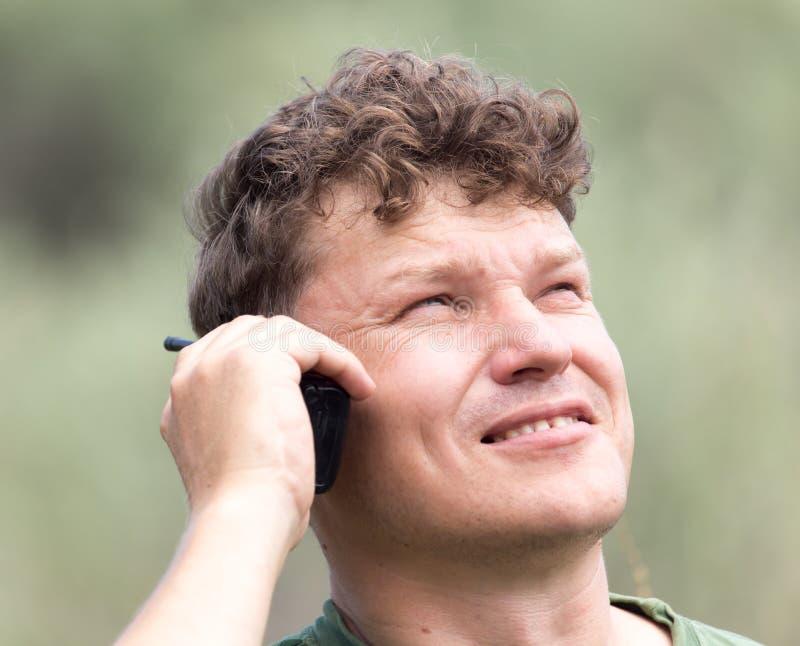 Un uomo con un walkie-talkie all'aperto fotografie stock libere da diritti
