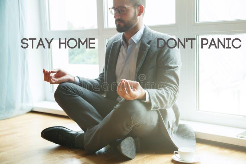 Un uomo d'affari che fa yoga a lotus immagini stock