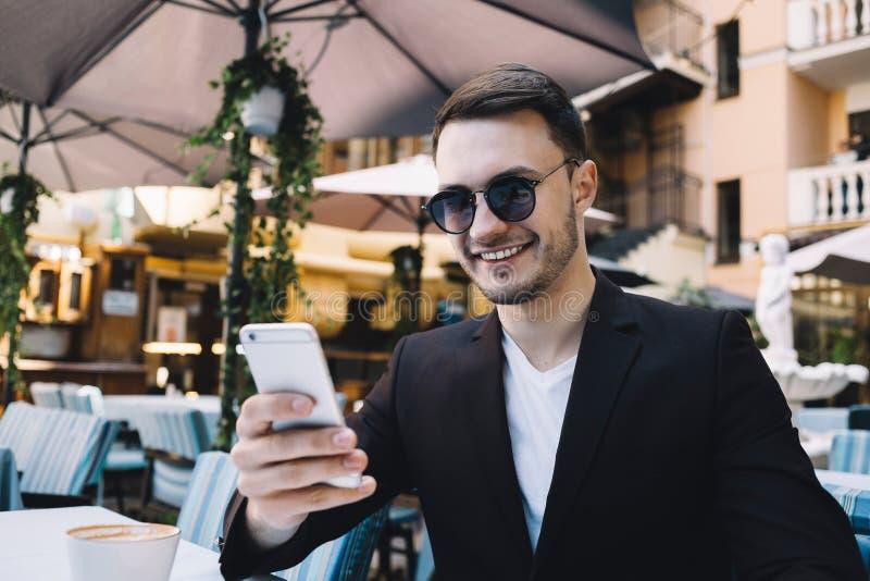 Un uomo d'affari in città fotografia stock