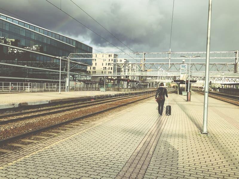 Un uomo d'affari con bagagli va alla stazione fotografie stock libere da diritti